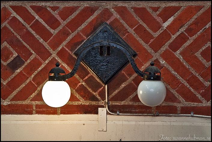 En tänd och en släckt lampa