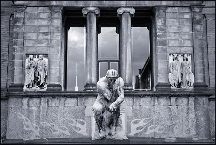 Tankfull skulptur vid fönster