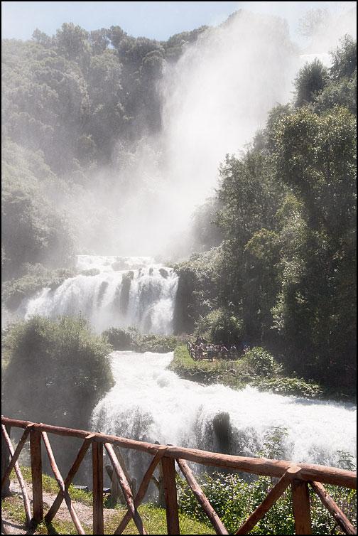 Människor vid vattenfall
