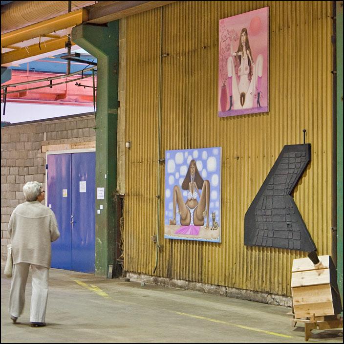 Kvinna tittar på konstverk