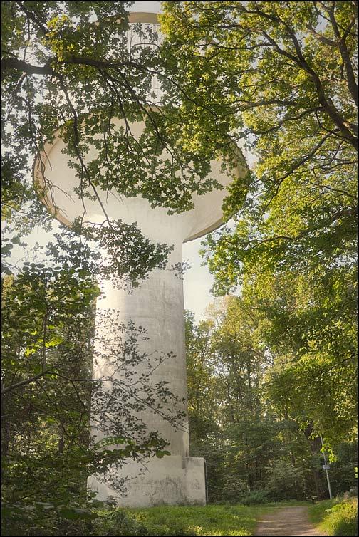 Det nya vattentornet inbäddat i grönska
