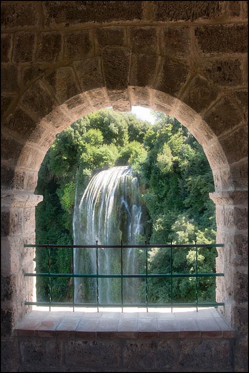 Fönsterglugg med vattenfall
