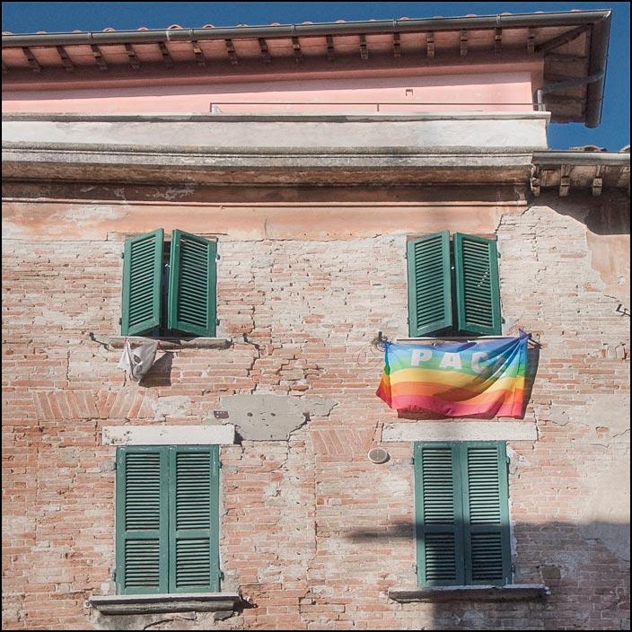 Regnbågsflagga i italienskt fönster