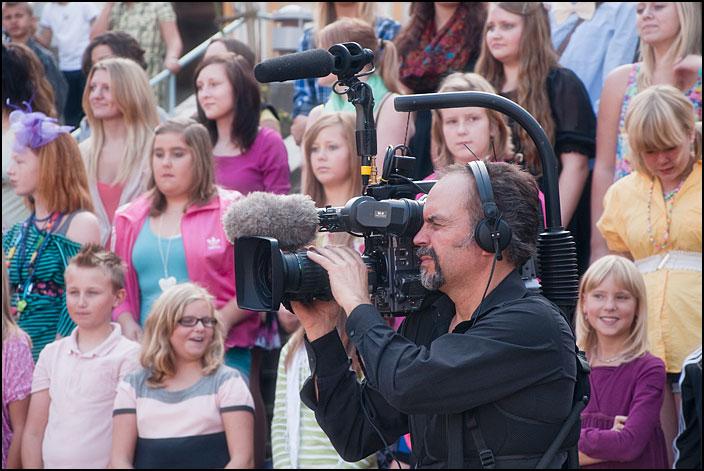 SVT:s fotograf filmar för Världens barn