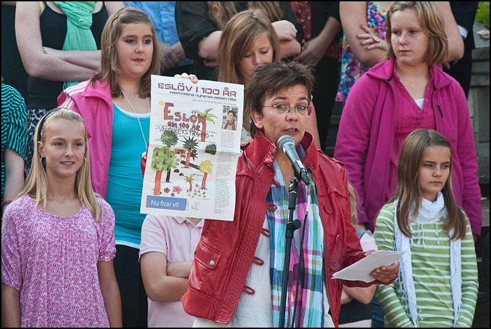 Kulturskolans rektor Catarina Blixt håller upp tidningen eleverna gjort