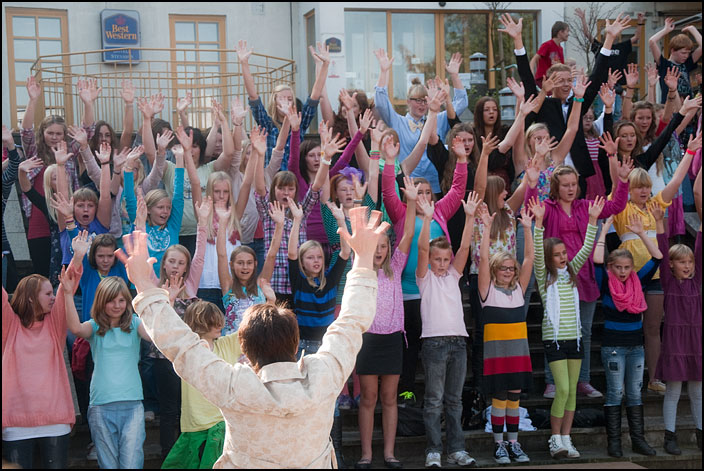 Eslövsbarn sjunger en specialkomponerad sång till Världens barn