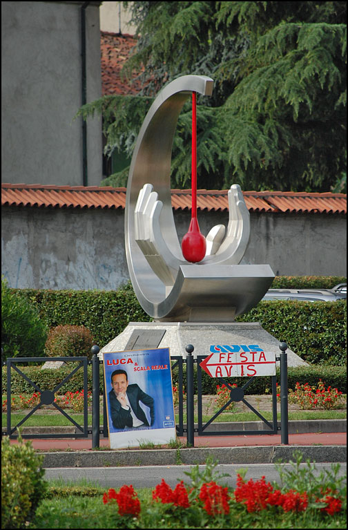 Skulptur med bloddroppe i hand