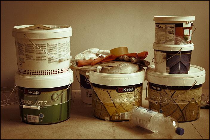 Hinkar med målarfärg på mitt köksgolv