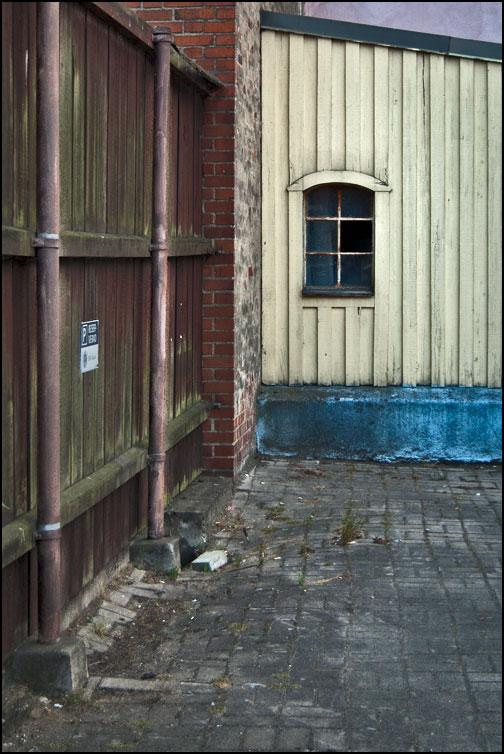 En sliten bakgård med fönster