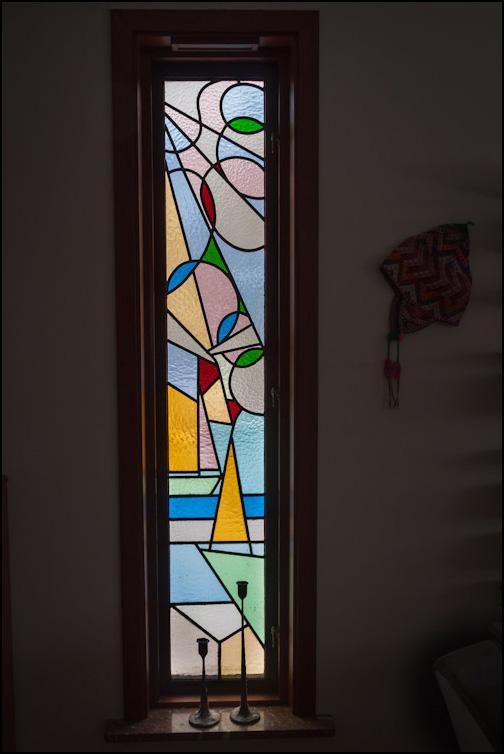 Färgrikt, smalt fönster
