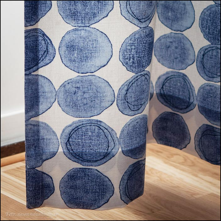 Nya gardiner, vita med blå cirklar