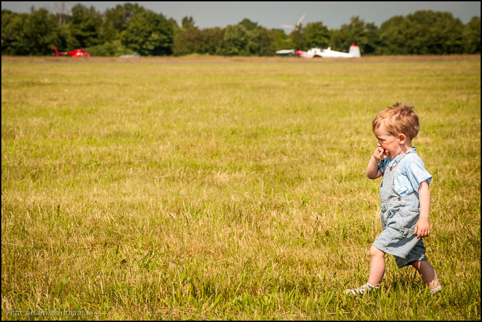 Pojke på gräs
