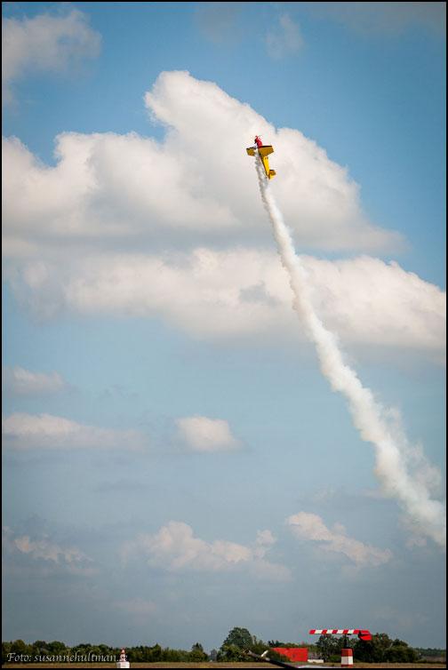 Flygplan med rök efter sig