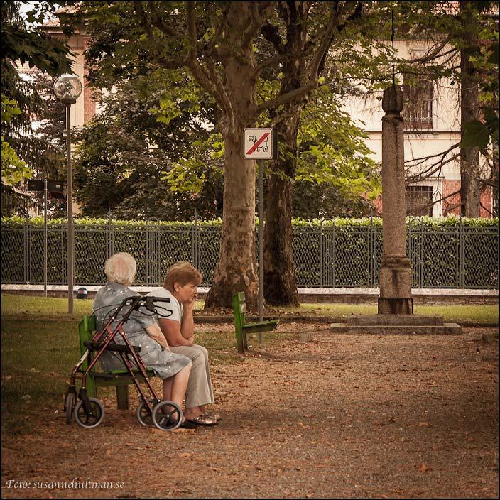 Två kvinnor på en bänk i en park