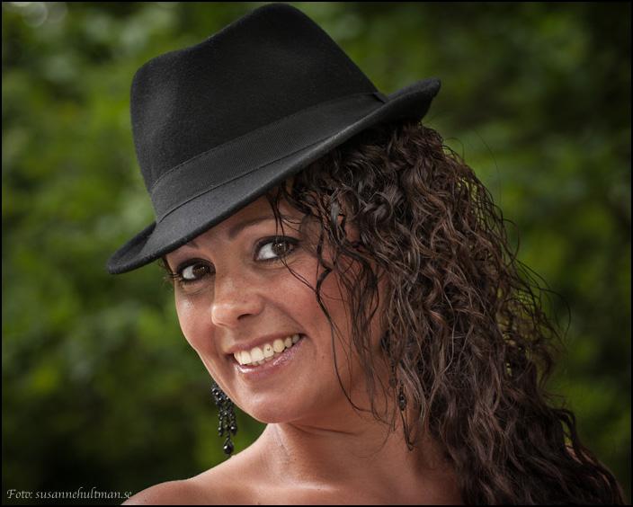 Leende Ingela i hatt