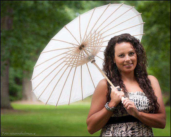 Leende Ingela med parasoll