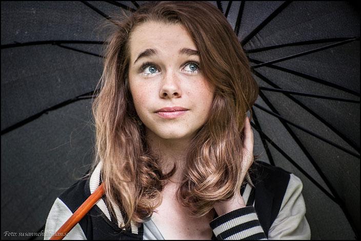 Natali under paraply