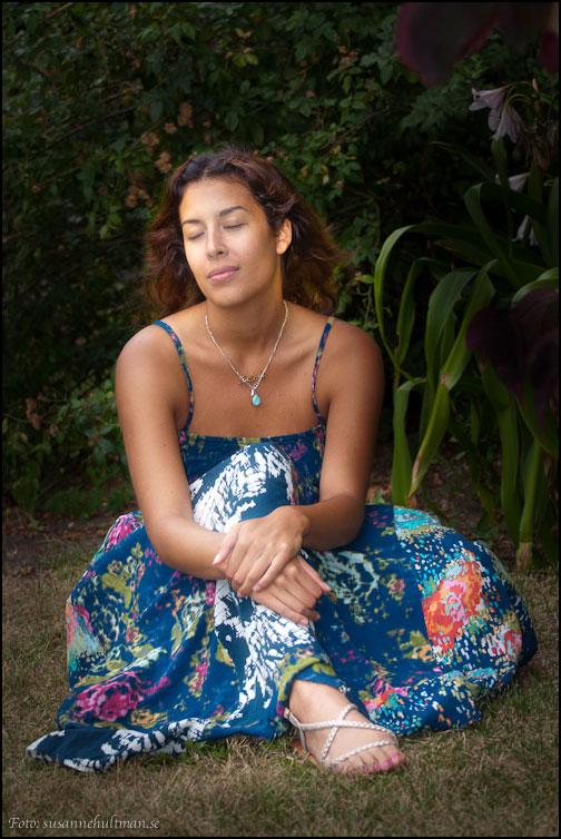 Sabina blundar och drömmer sig bort