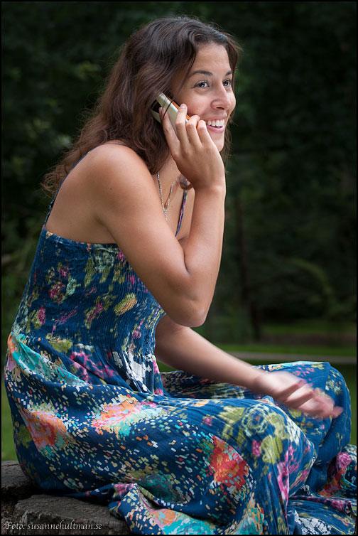 Sabina pratar i telefon