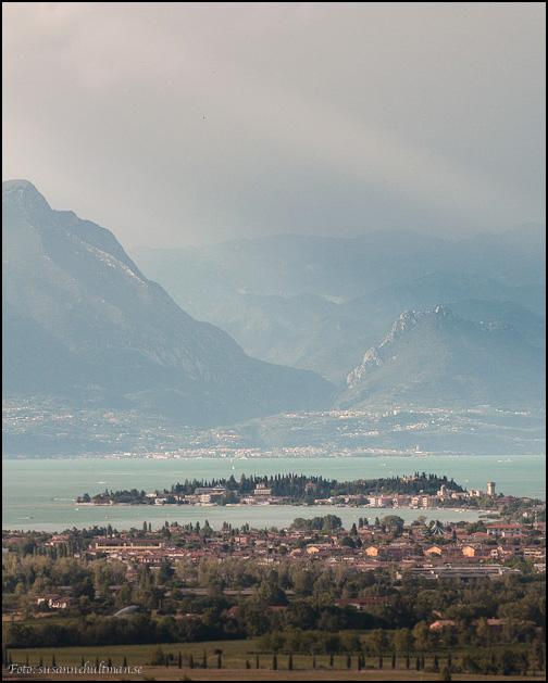 Staden Sirmione på näset ut i Gardasjön
