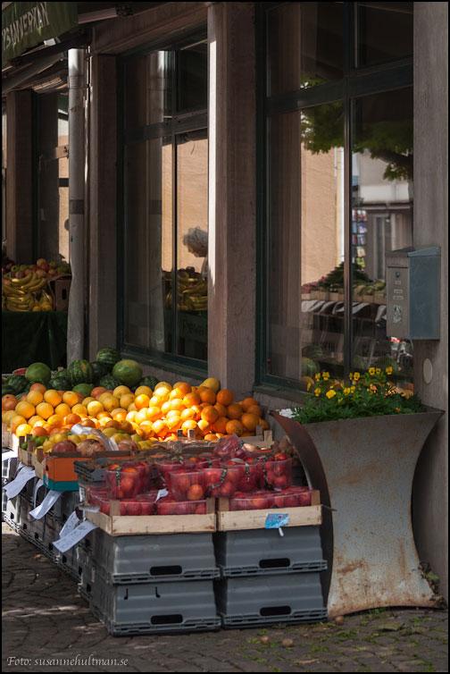 Frukt som speglas i fönster