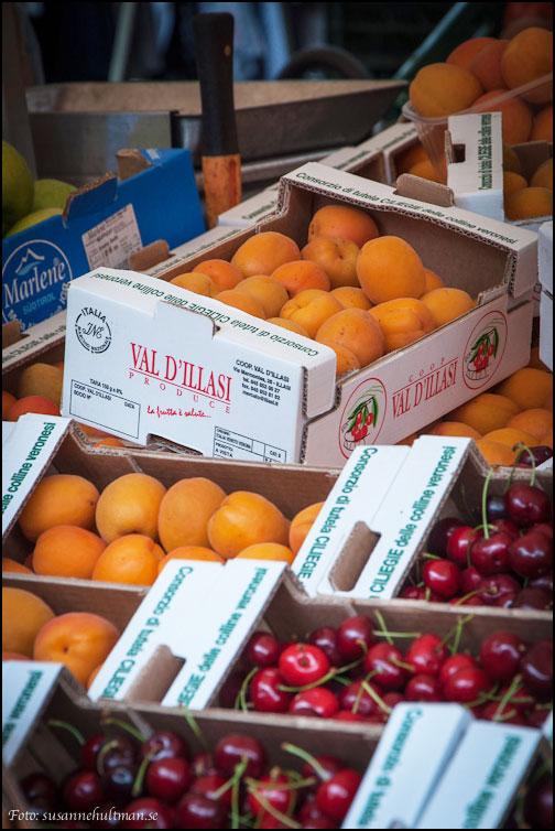 Aprikoser och körsbär i lådor
