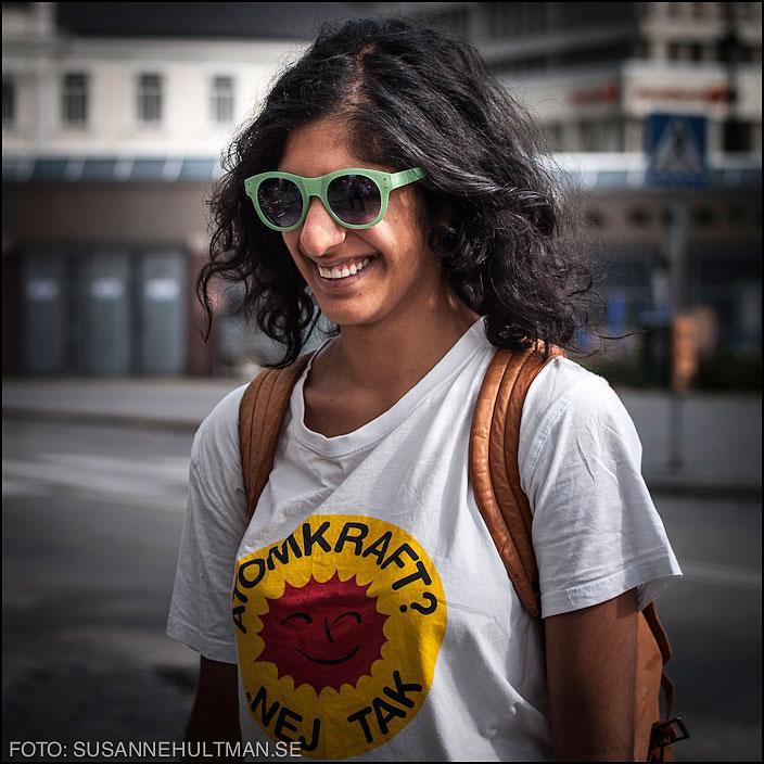 Leende flicka i tröja med Atomkraft - nej tack