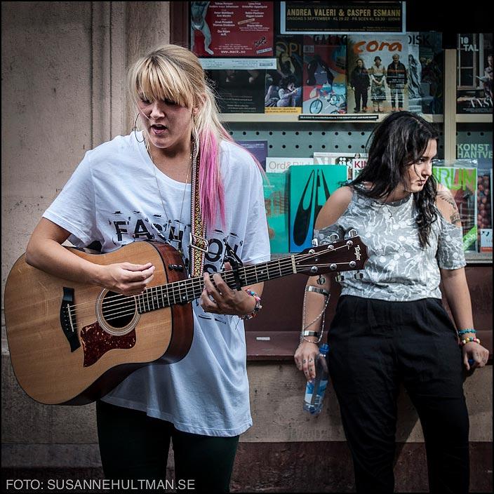 Två flickor varav en med gitarr