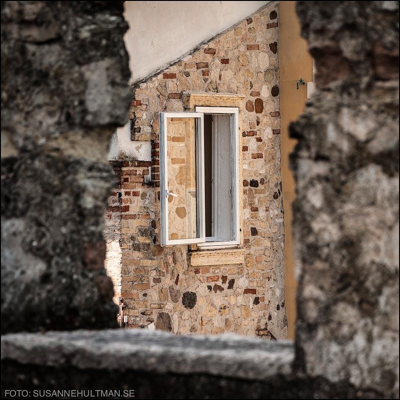 Fönster på vid gavel, dvs utställt