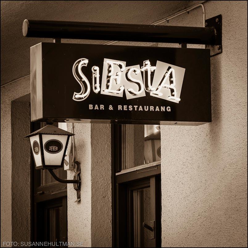 Fönster med Siesta-skylt