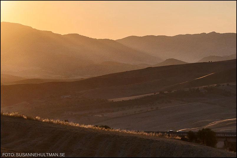 Kvällsljus över Siciliens berg