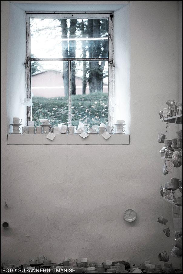 Fönster med vita koppar