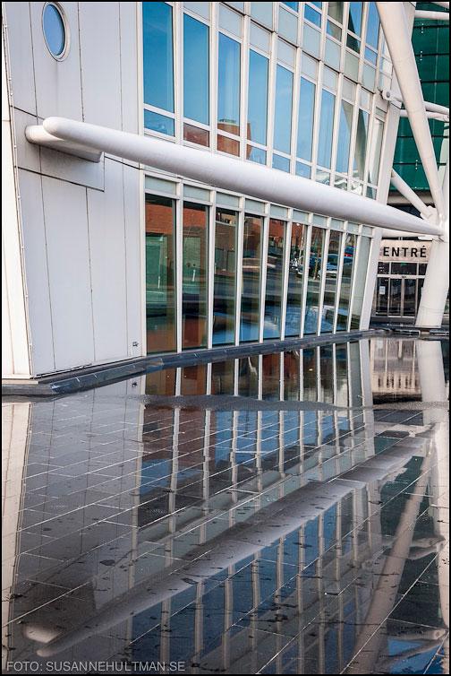 Reflekterade fönster i vatten