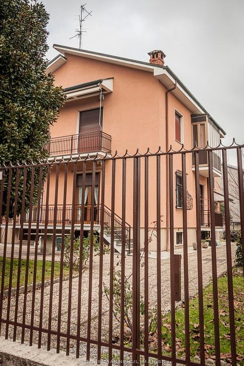 Systrarnas hus sett genom grinden från gatan