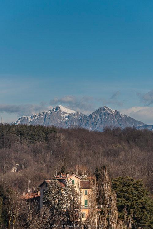 Blå himmel över Alperna