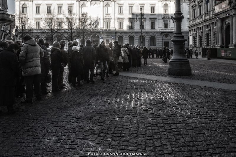 Italienare i kö på Piazza della Scala