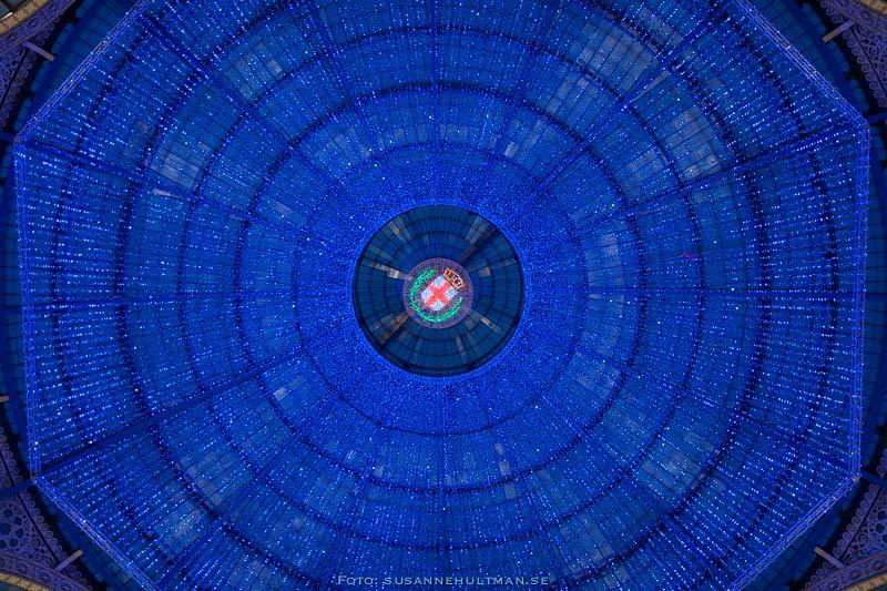 Takfönster täckt av blått ljus