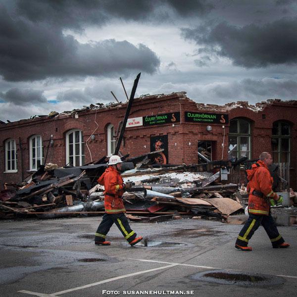 Brandmän vid ruinerna efter godsmagasinet