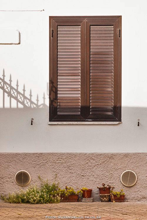 Italienskt fönster med stängda luckor