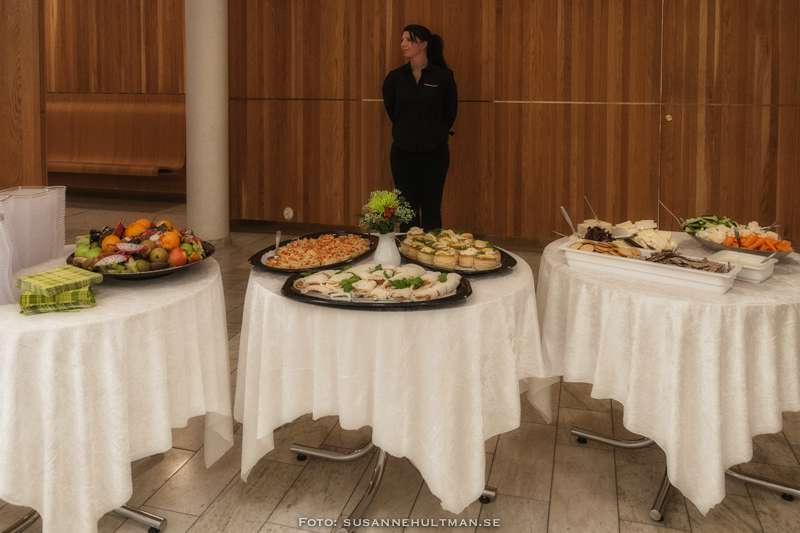 Tre bord med smårätter uppdukade