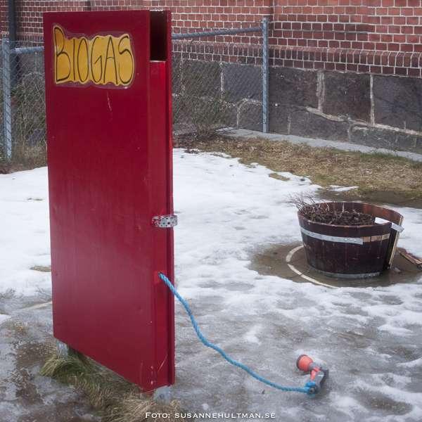 Röd träskylt med texten biogas