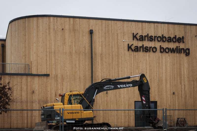 Karlsrobadet och Karlsro bowling med grävskopa framför