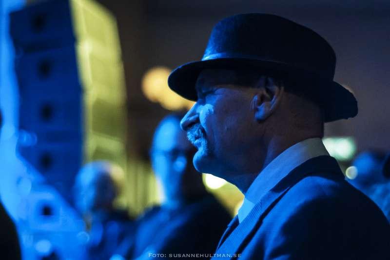 Man med hatt i publiken