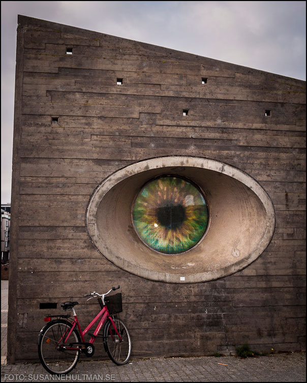 Stort öga i mur