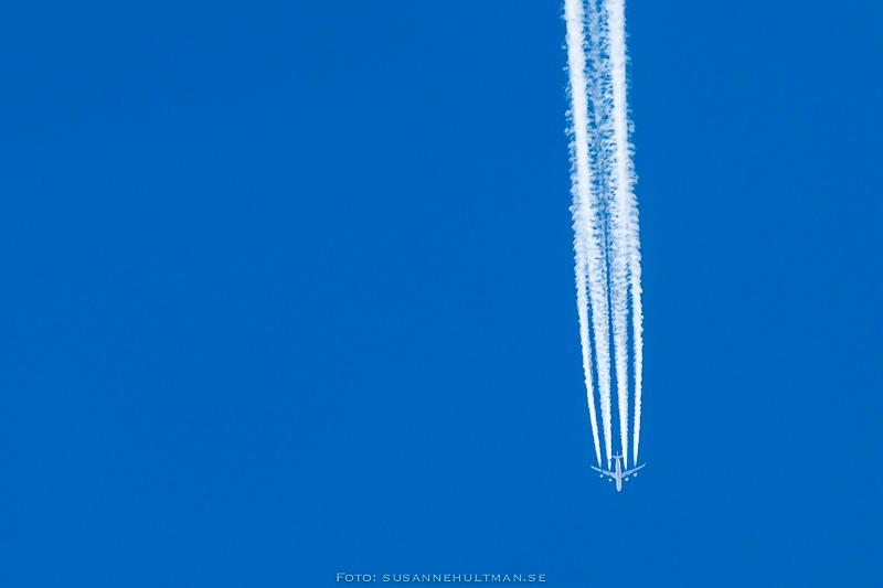 Flygplan mot klarblå himmel