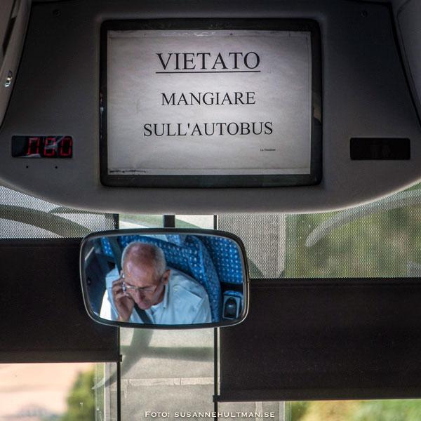 """""""Förbjudet att äta på bussen"""" där chauffören talar i mobiltelefon vid körning."""