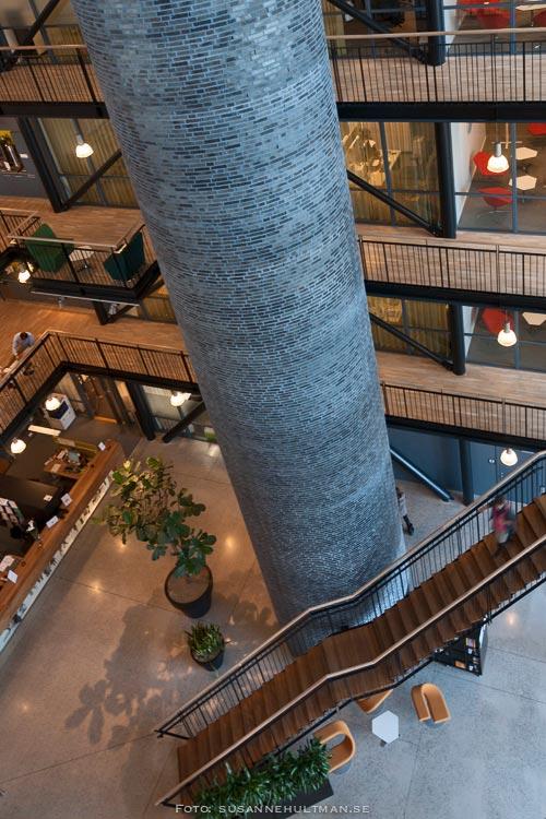 Utsikt ner i entréhallen från ett högre våningsplan.