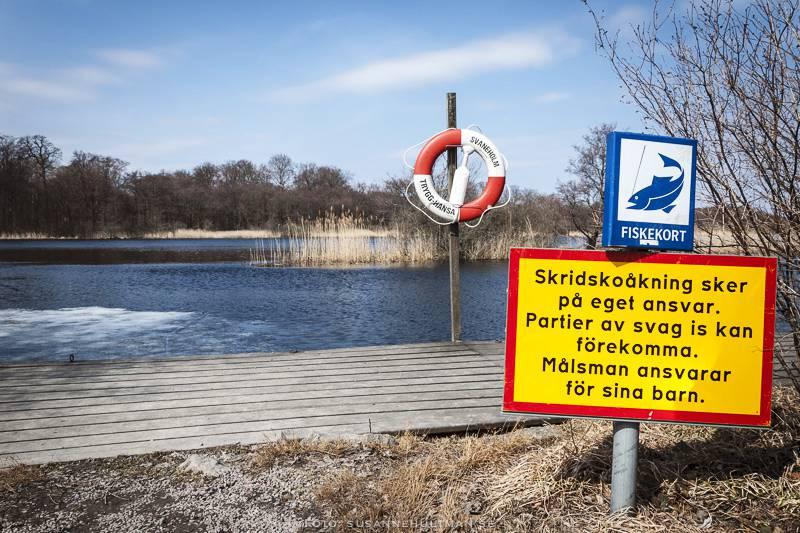 Varning för svag is vid Svaneholmssjön där det mest finns vatten.