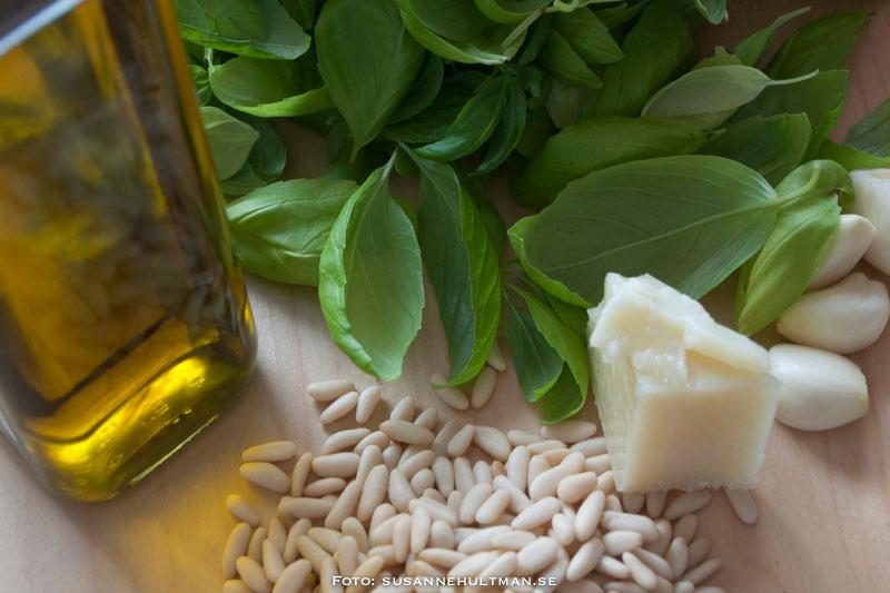 Ingredienser: olivolja, basilikablad, pecorino romano, vitlök och pinjenötter