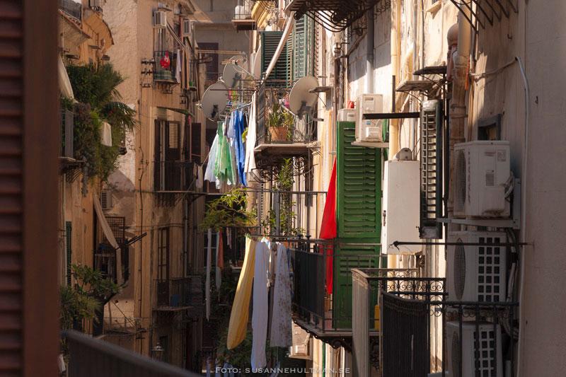 Fönster i Palermo med tvätt och antenner